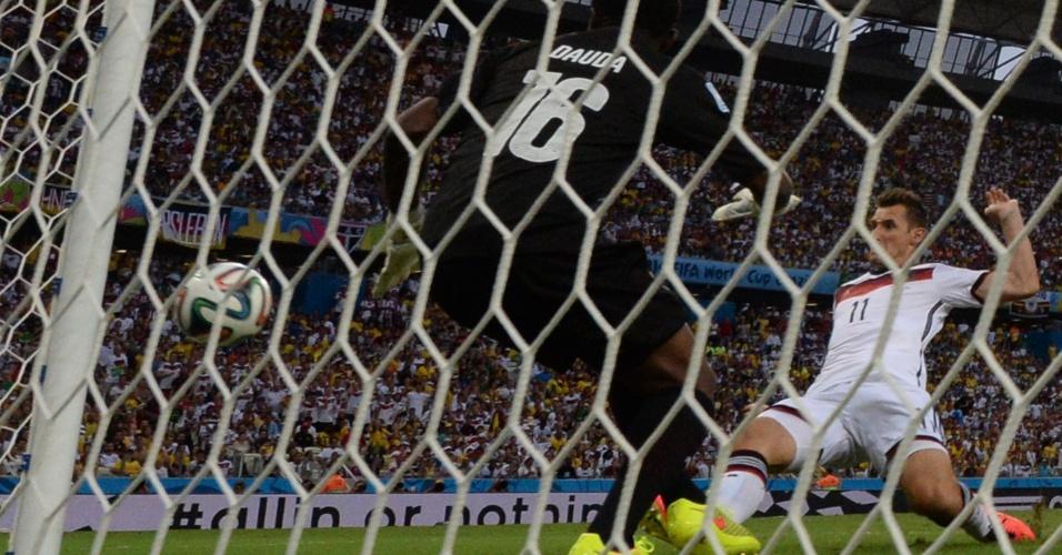 21.jun.2014 - Miroslav Klose, da Alemanha, aproveita cruzamento e marca o segundo da Alemanha contra Gana, no Castelão