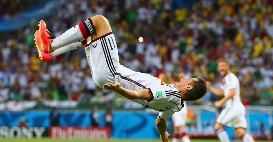 21.jun.2014 - Miroslav Klose dá cambalhota para comemorar o gol de empate da Alemanha contra Gana. Foi seu 15º gol em Copas