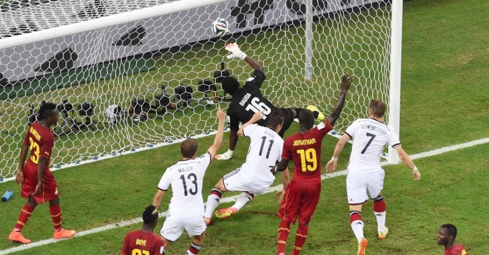 21.jun.2014 - Miroslav Klose sai para comemorar o gol de empate da Alemanha contra Gana. Foi seu 15º gol em Copas