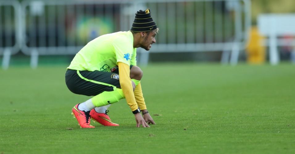 Neymar agacha por alguns momentos durante trabalho da seleção