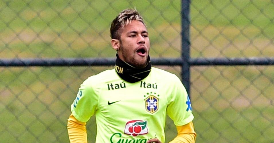 Neymar corre em volta do gramado para se aquecer antes do treino do Brasil em Teresópolis