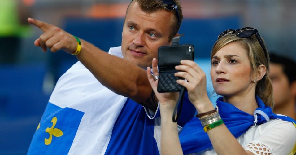 """""""O Dzeko é aquele ali"""". Casal de torcedores da Bósnia busca o melhor clique na Arena Pantanal"""