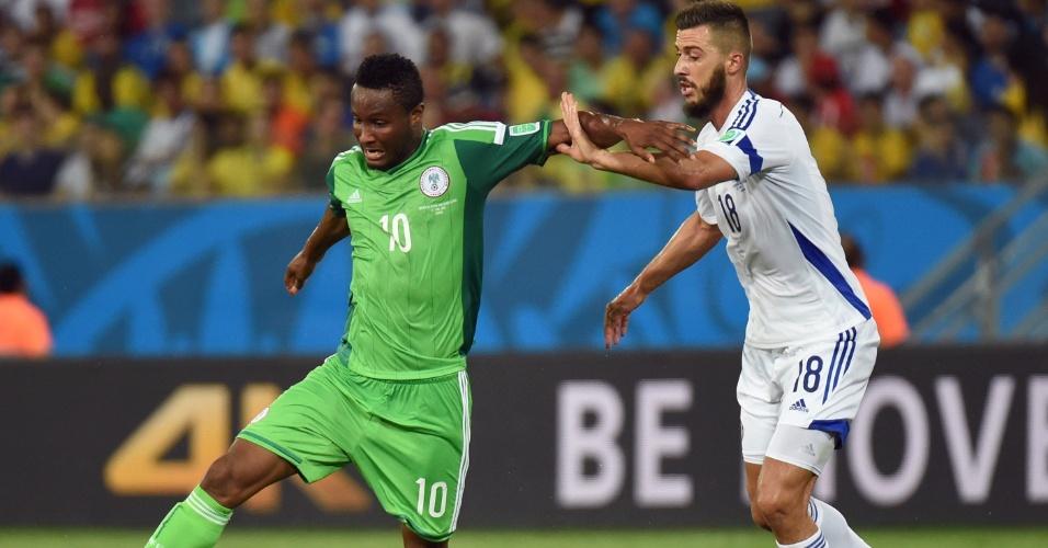 Obi Mikel, da Nigéria, tenta se livrar da forte marcação de Haris Medunjanin, da Bósnia