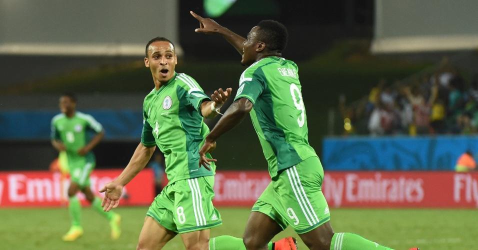 Odemwingie (esq.) e Emenike correm para comemorar o gol da Nigéria ainda no primeiro tempo de jogo