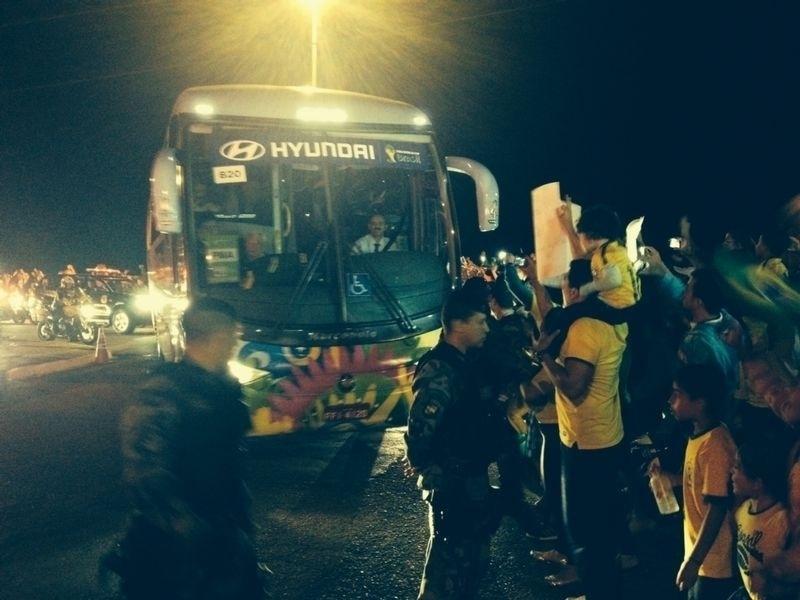 Ônibus da seleção brasileira passa por torcedores na chegada em Brasília