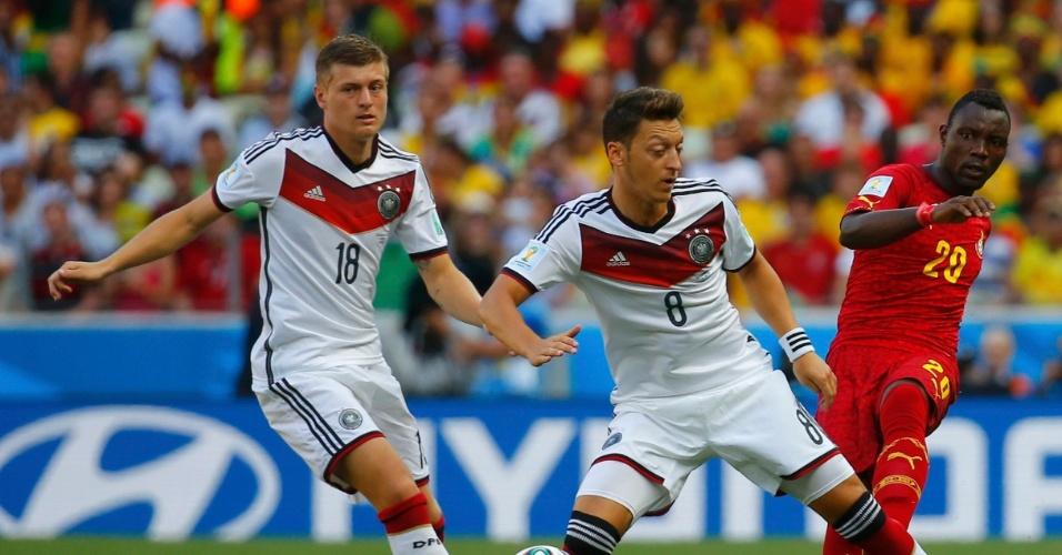 21.jun.2014 - Ozil, da Alemanha, divide com Asamoah, da seleção de Gana, no início da partida no Castelão