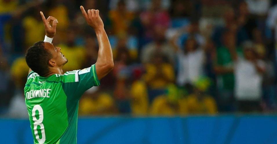 Peter Odemwingie aponta para o céu após abrir o placar a favor da Nigéria