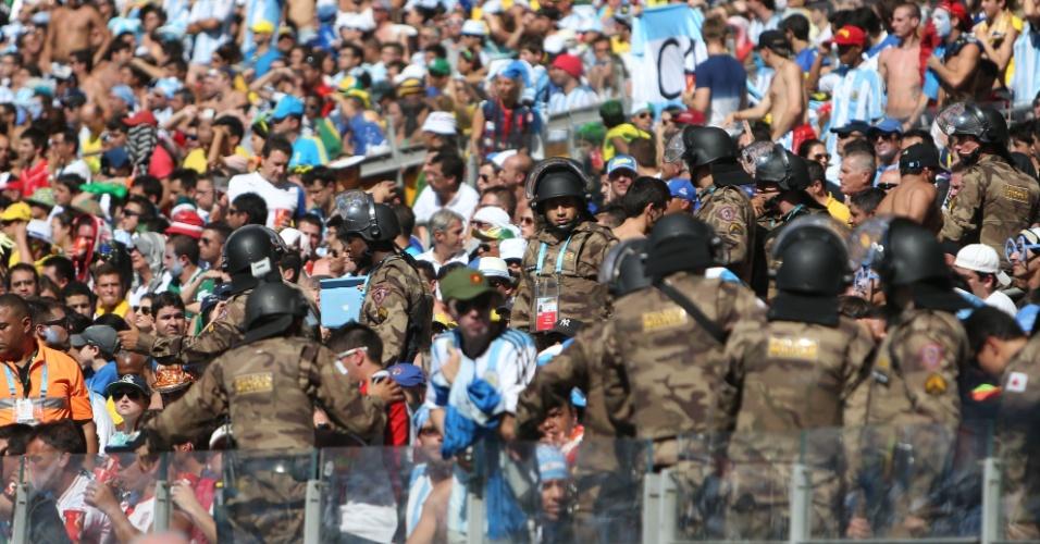 Policiais reforçam a segurança no Mineirão durante a partida entre Argentina e Irã