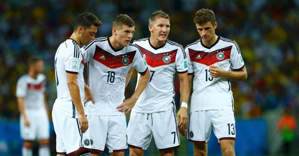 21.jun.2014 - Quarteto alemão composto por Özil, Toni Kroos, Schweinsteiger e Müller conversa antes de cobrança de falta