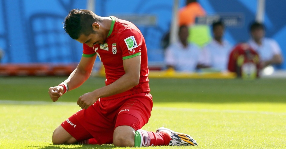 Reza Ghoochannejhad lamenta chance de gol perdida para a seleção do Irã