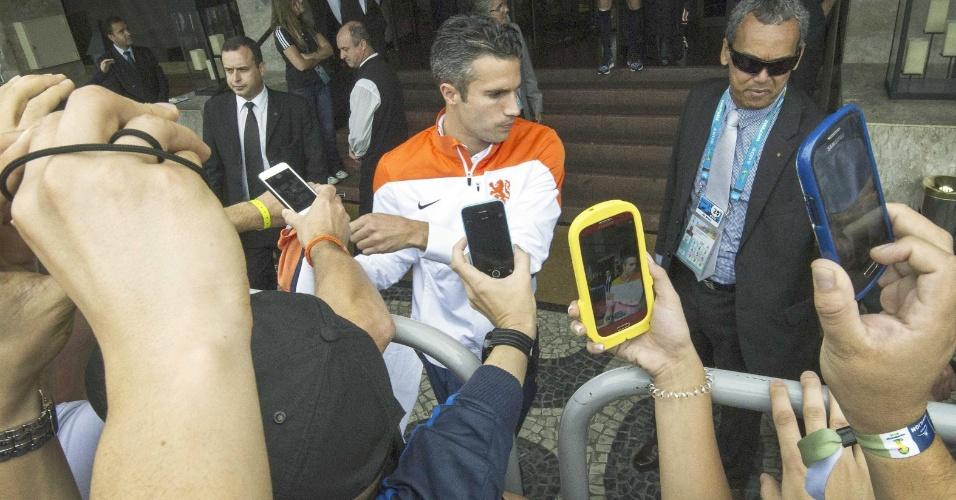 Robin van Persie deixa o hotel no Rio de Janeiro para seguir até São Paulo, onde o time enfrenta o Chile