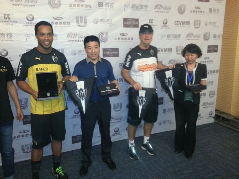 Ronaldinho Gaúcho e Levir Culpi recebem presentes durante excursão à China (21/6/2014)