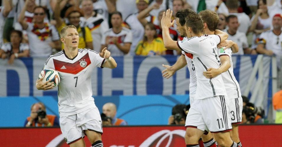 21.jun.2014 - Schweinsteiger carrega a bola e comemora com companheiros de Alemanha após o empate contra Gana