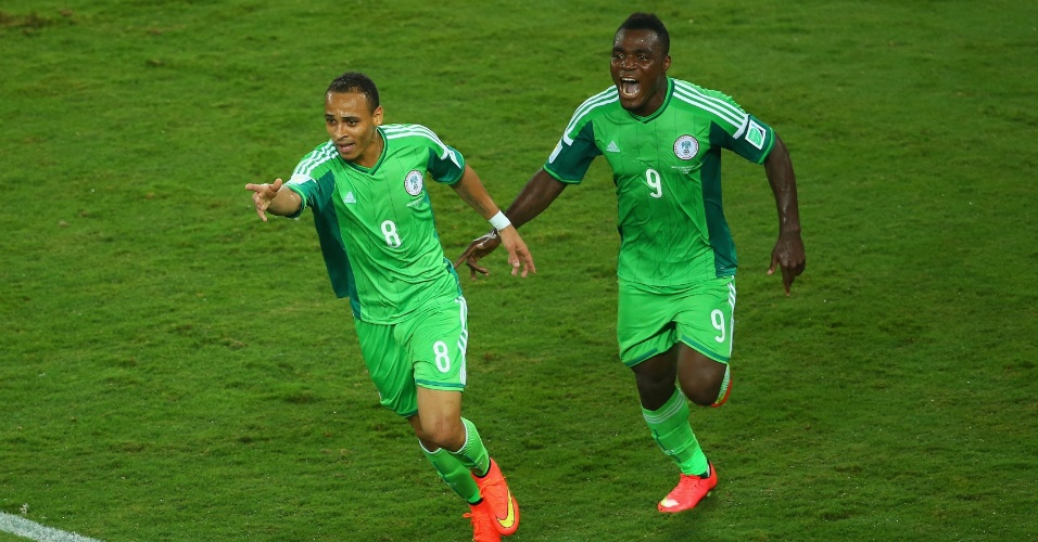 Seguido pelo companheiro Emmanuel Emenike, o camisa 8 Peter Odemwingie corre para comemorar o gol da Nigéria