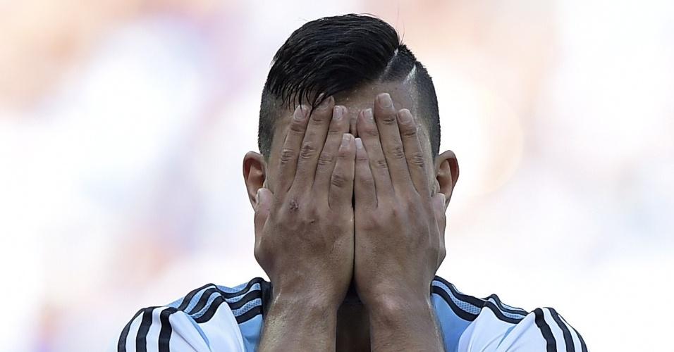 Sergio Aguero, da Argentina, lamenta chance perdida durante jogo contra o Irã, no Mineirão