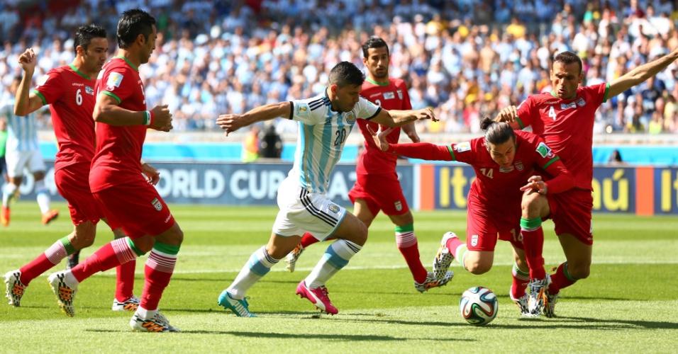 Sergio Aguero enfrenta a marcação de quatro jogadores da seleção do Irã