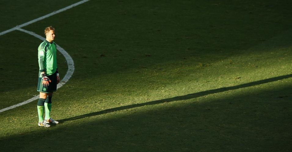 21.jun.2014 - Sombra do goleiro Manuel Neuer, da Alemanha, se destaca no gramado do Castelão, durante o jogo contra Gana