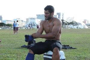 Sósia de Hulk faz sucesso em Brasília  conquista fãs. fatura alto e joga  futebol... americano. 8   11Pedro Ivo Almeida UOL ace83f9eb9e0a