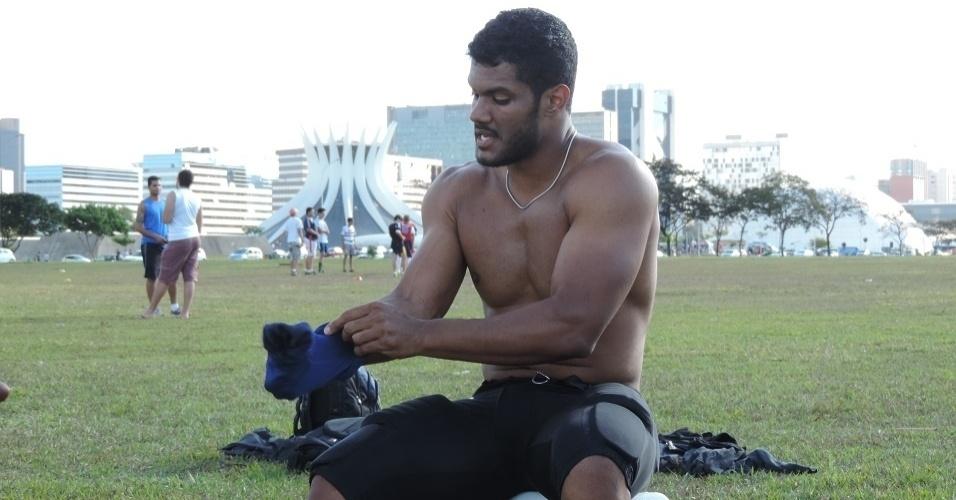 Sósia de Hulk veste o uniforme do Brasília Alligators antes de mais um treino na capital federal