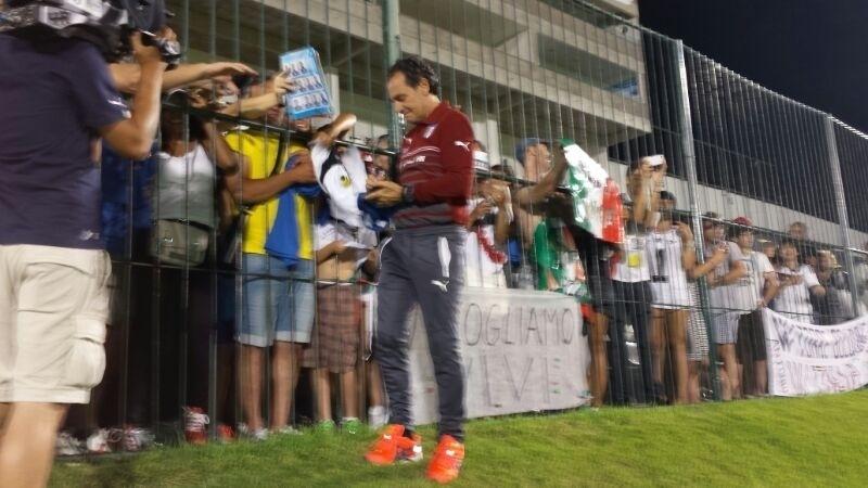 Técnico da Itália Cesare Prandelli concede autógrafos aos torcedores de Natal após treino no estádio Franqueirão