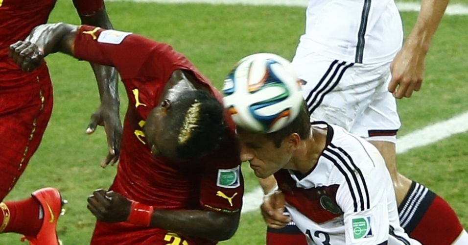 21.jun.2014 - Thomas Müller, da Alemanha, bate o rosto em John Boye, de Gana, no último lance do jogo no Castelão