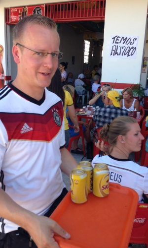 21.jun.2014 - Torcedor alemão garante a sua cerveja antes do jogo contra Gana nos arredores do Castelão, em Fortaleza
