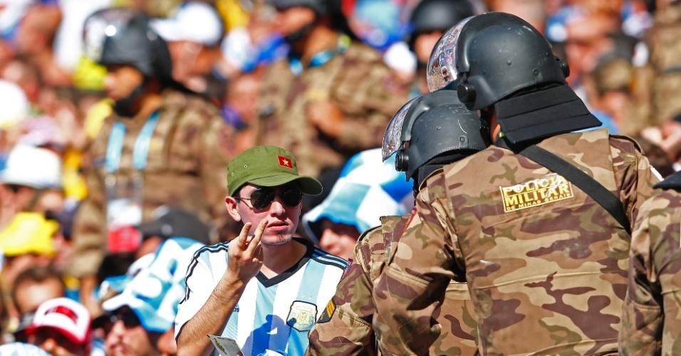 Torcedor da Argentina conversa com policiais no Mineirão durante a partida entre Argentina e Irã