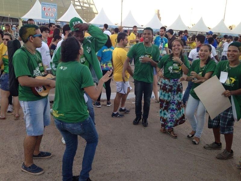 Torcedor da Nigéria ouve música de grupo religioso em frente à Arena Pantanal