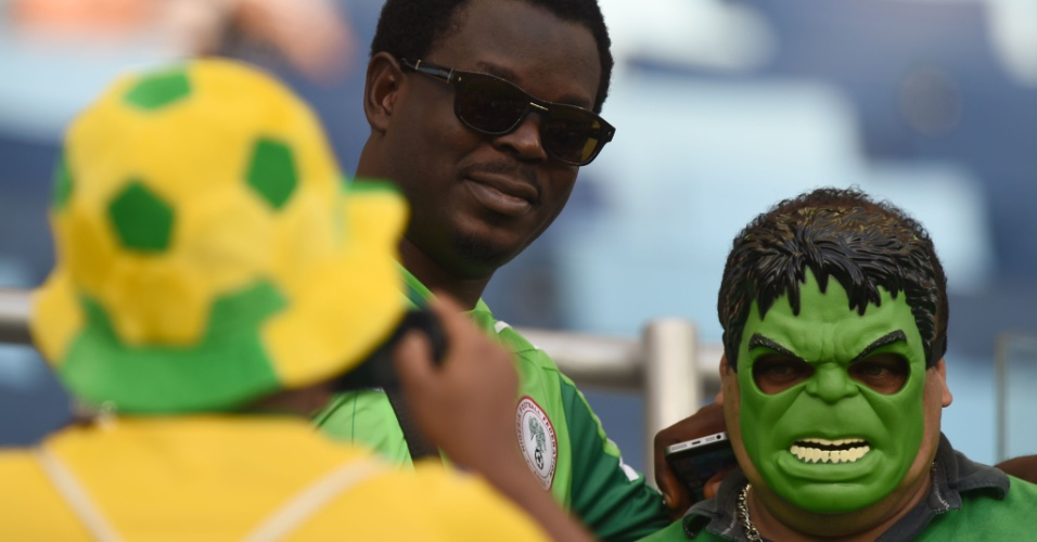 Torcedor da Nigéria tira foto ao lado do 'incrível Hulk' antes do jogo na Arena Pantanal