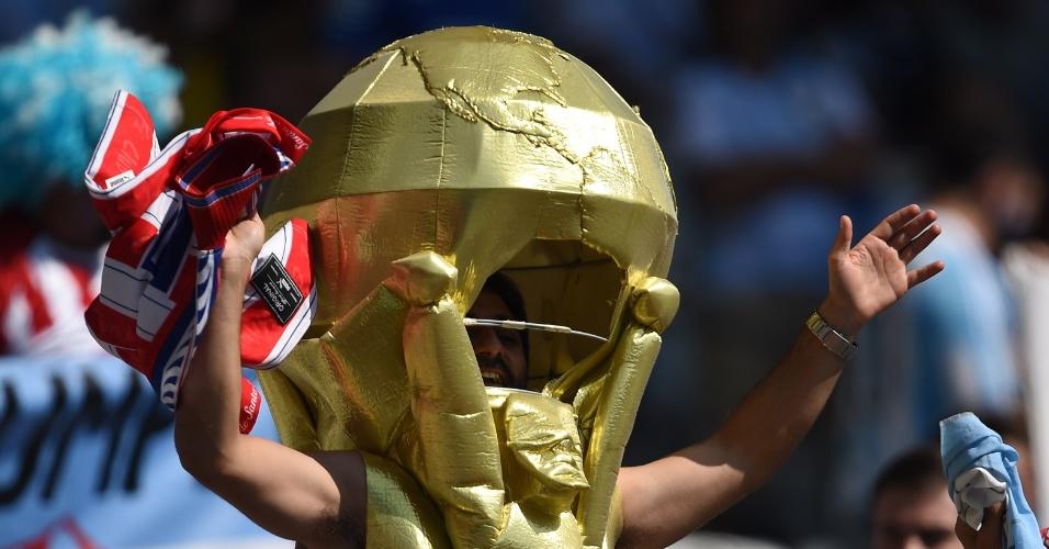 Torcedor do Irã foi ao Mineirão torcer fantasiado de taça de Copa do Mundo na partida entre Argentina e Irã