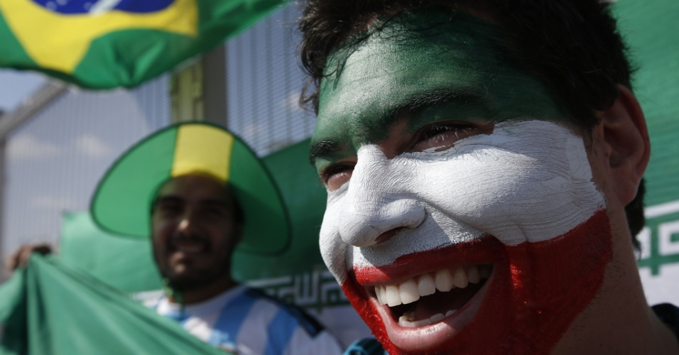 Torcedor iraniano exibe rosto pintado antes de jogo contra a Argentina no Mineirão