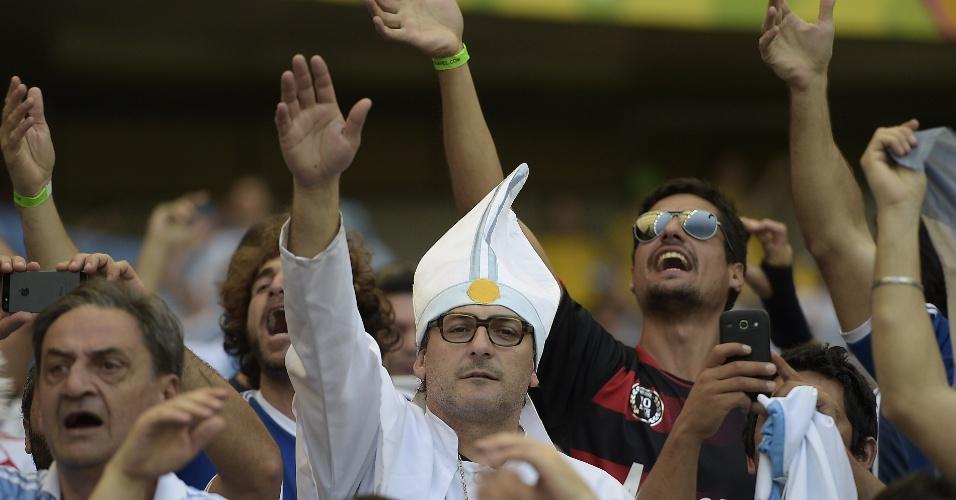 Torcedor vai fantasiado de papa Francisco para a partida entre Argentina e Irã