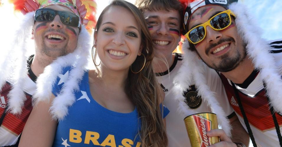 Torcedora brasileira posa com alemães antes do jogo contra Gana, em Fortaleza