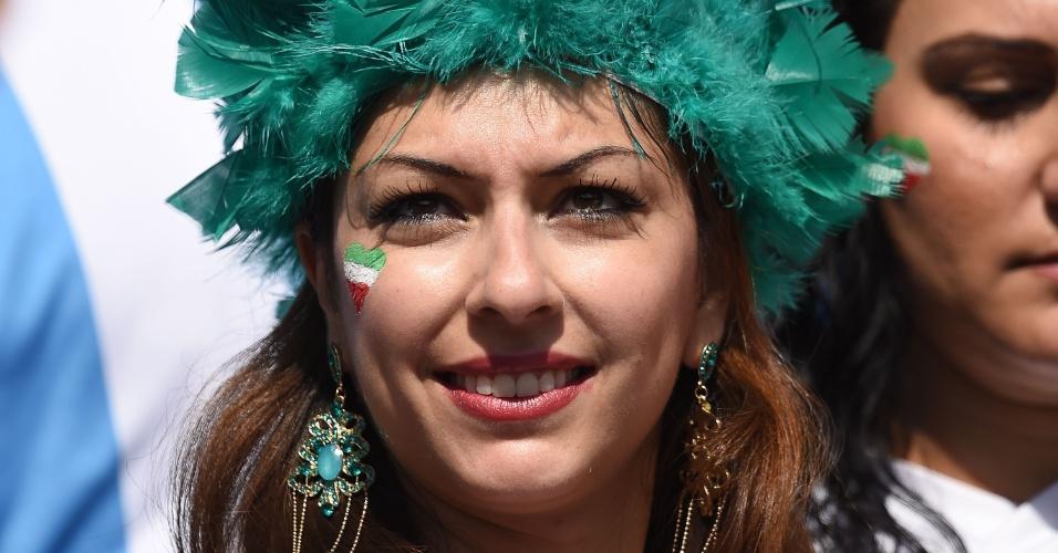 Torcedora do Irã assiste ao jogo contra a Argentina no Mineirão usando um chapéu extravagante