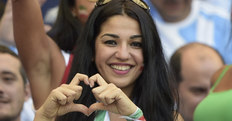 """Torcedora do Irã faz o famoso """"coração com a mão"""" durante o jogo contra a Argentina"""