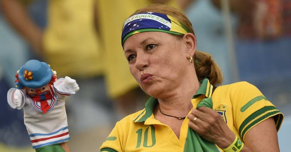 Torcedora vestida com a camisa do Brasil se diverte antes do jogo entre Bósnia e Nigéria