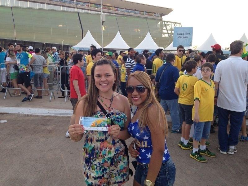 Torcedoras exibem orgulhosas ingresso para o jogo entre Bósnia e Nigéria na Arena Pantanal