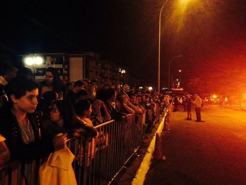 Torcedores aguardam passagem no ônibus da seleção brasileira