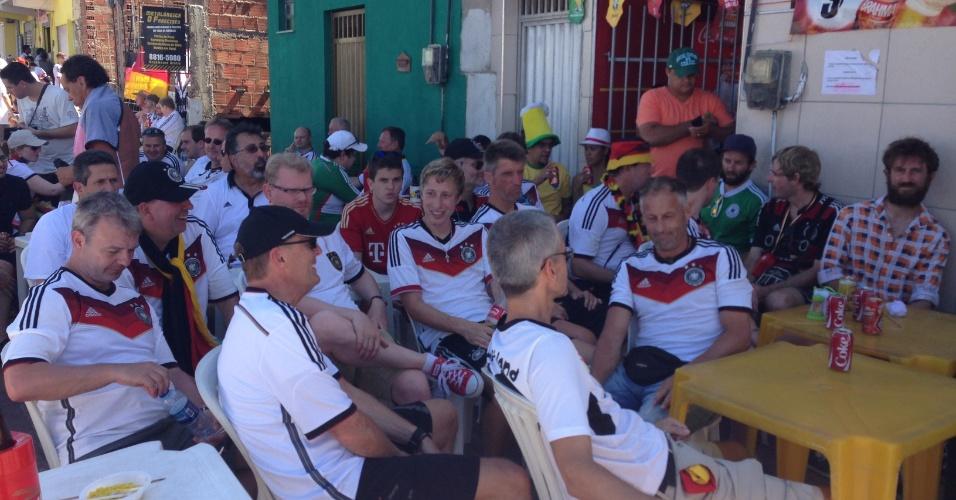 21.jun.2014 - Torcedores alemães fazem concentração em bar próximo ao Castelão antes do jogo contra Gana