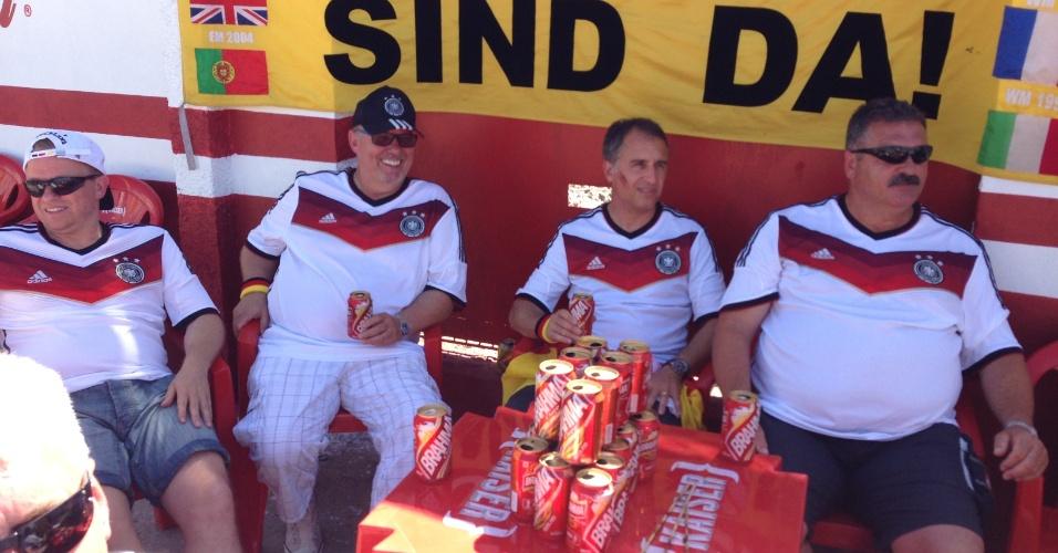21.jun.2014 - Torcedores alemães já montam pilha de latinhas de cerveja antes do jogo contra Gana, em Fortaleza