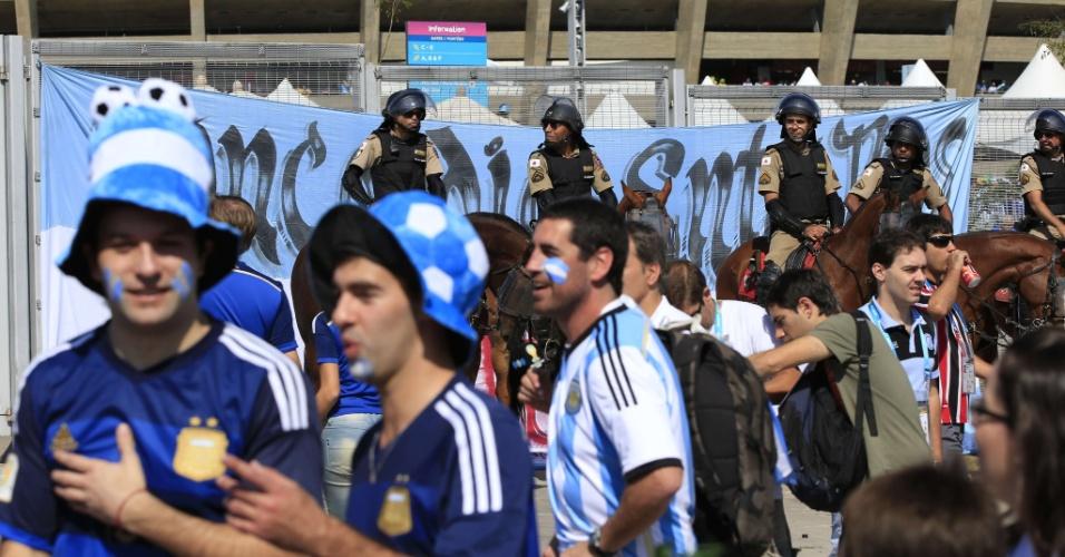 Torcedores argentinos aguardam para entrar no Mineirão para o jogo contra o Irã