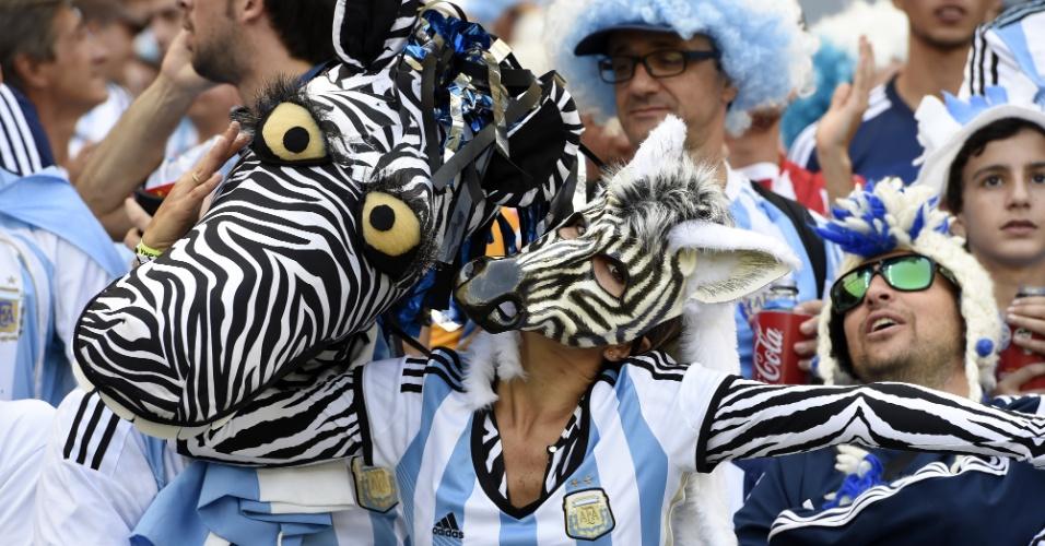 Torcedores argentinos fantasiados de zebra assistem ao jogo contra o Irã no Mineirão