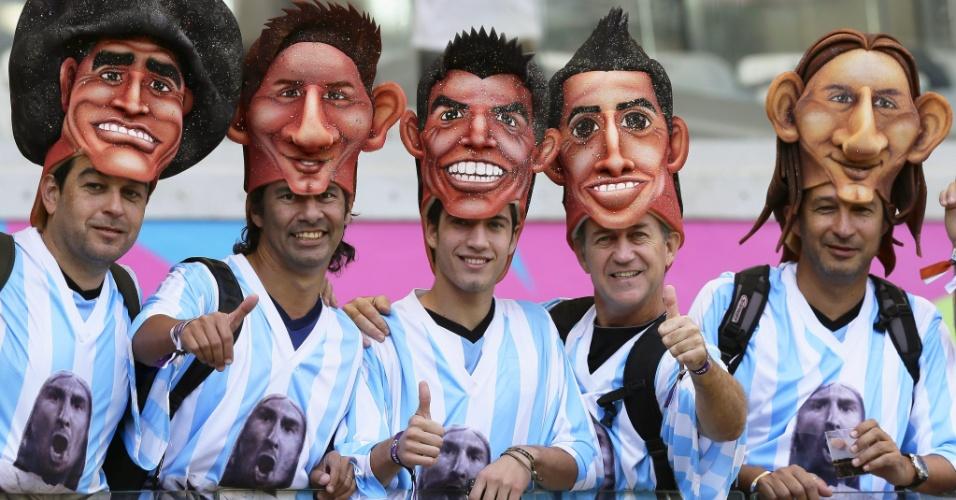 Torcedores usam máscaras com o rosto de jogadores argentinos