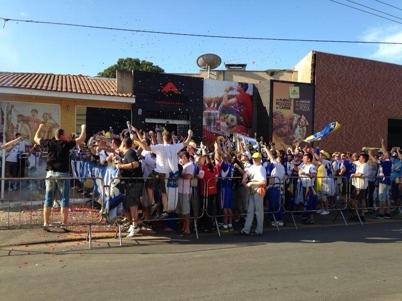 Torcedores bósnios fazem concentração em frente à churrascaria de Cuiabá
