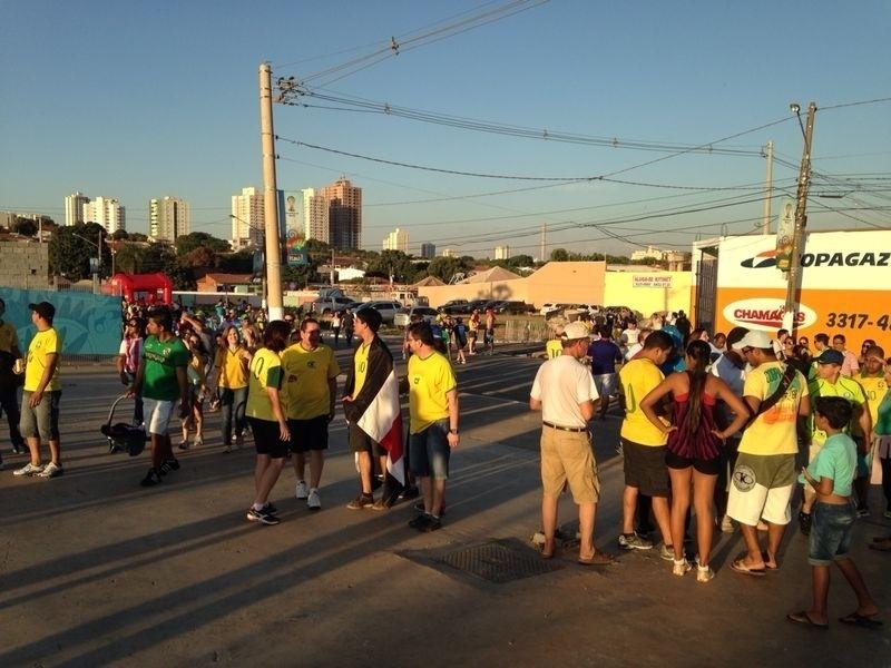 Torcedores brasileiros começam a chegar à Arena Pantanal para o jogo entre Bósnia e Nigéria