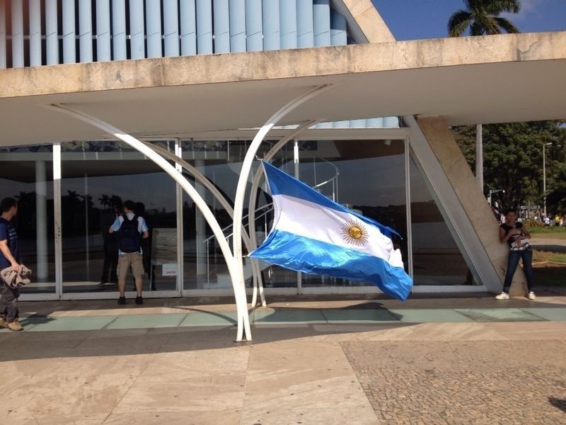 Torcedores colocam bandeira da Argentina em frente à Igreja da Pampulha, em Belo Horizonte