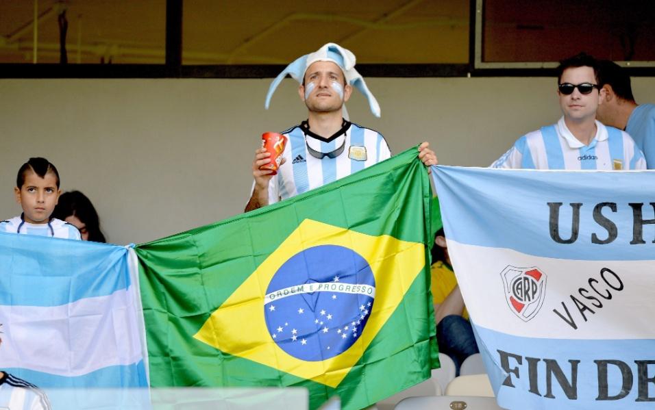 Torcedores da Argentina exibem bandeira do Brasil nas arquibancadas do Mineirão