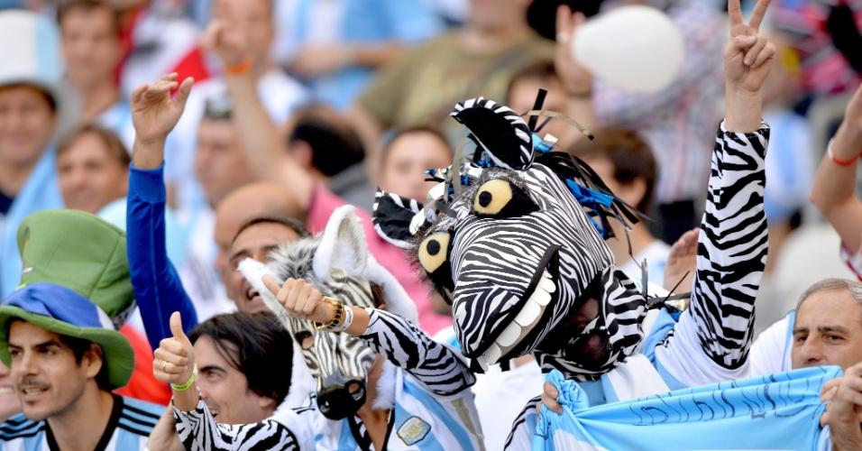 Torcedores da Argentina vão ao Mineirão fantasiados de zebra para jogo contra o Irã