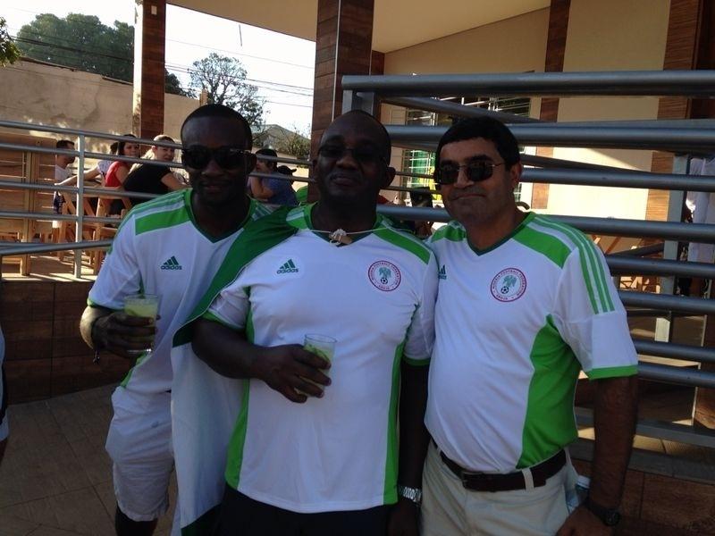 Torcedores da Nigéria tomam caipirinha em restaurante de Cuiabá antes da partida contra a Bósnia