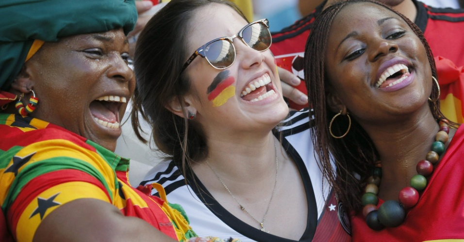 Torcedores de Alemanha e Gana interagem na arquibancada do Castelão